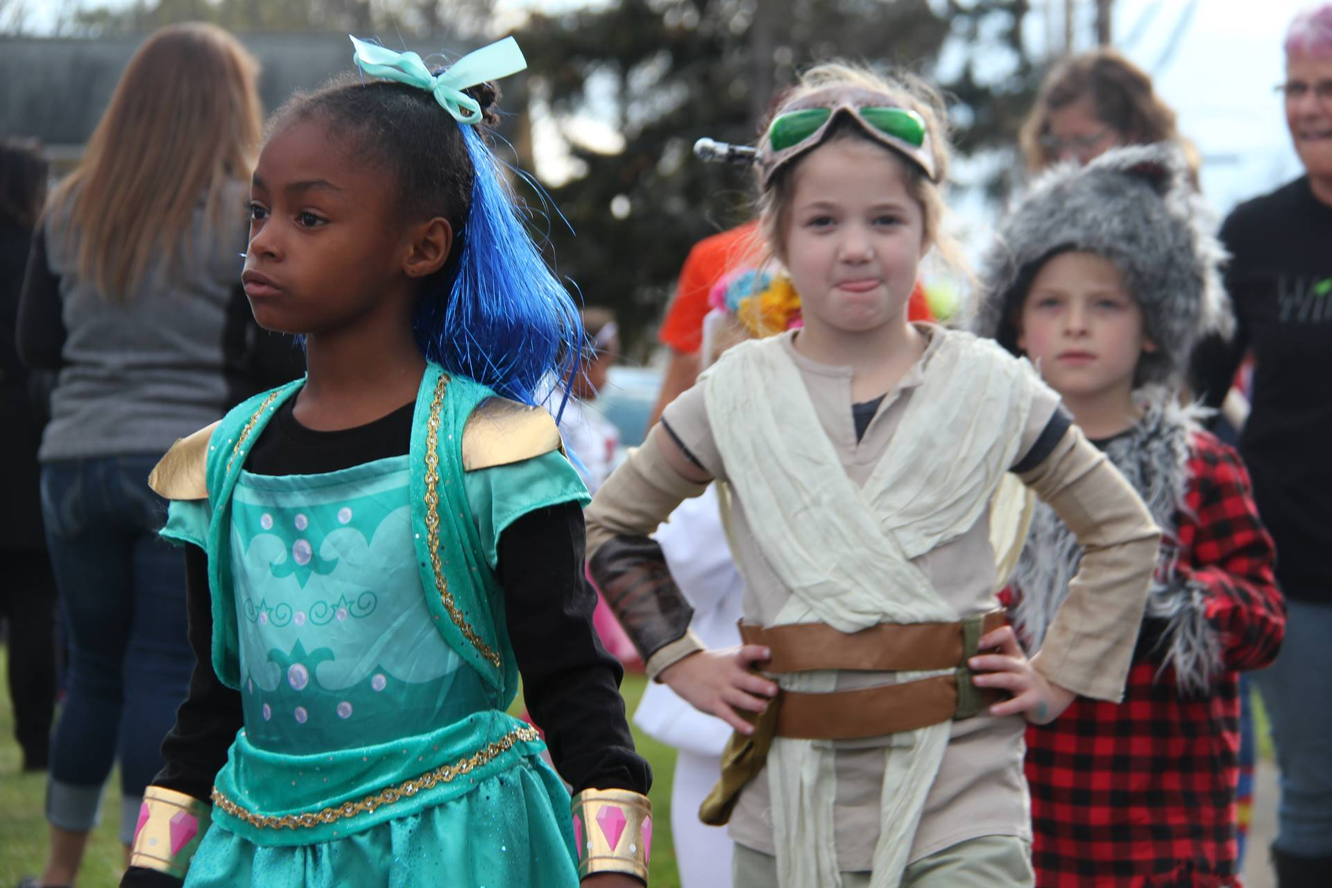 students dressed as princess and rey from star wars
