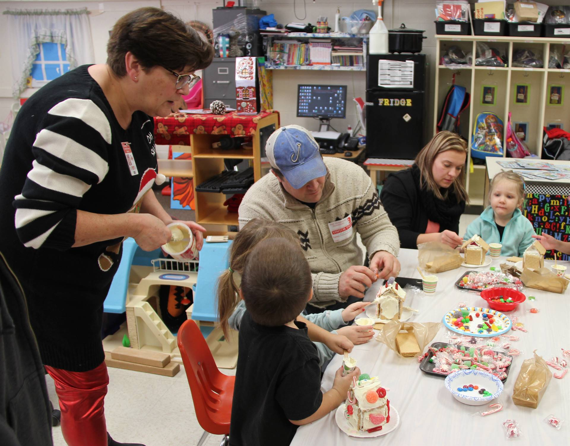 more people decorating gingerbread houses