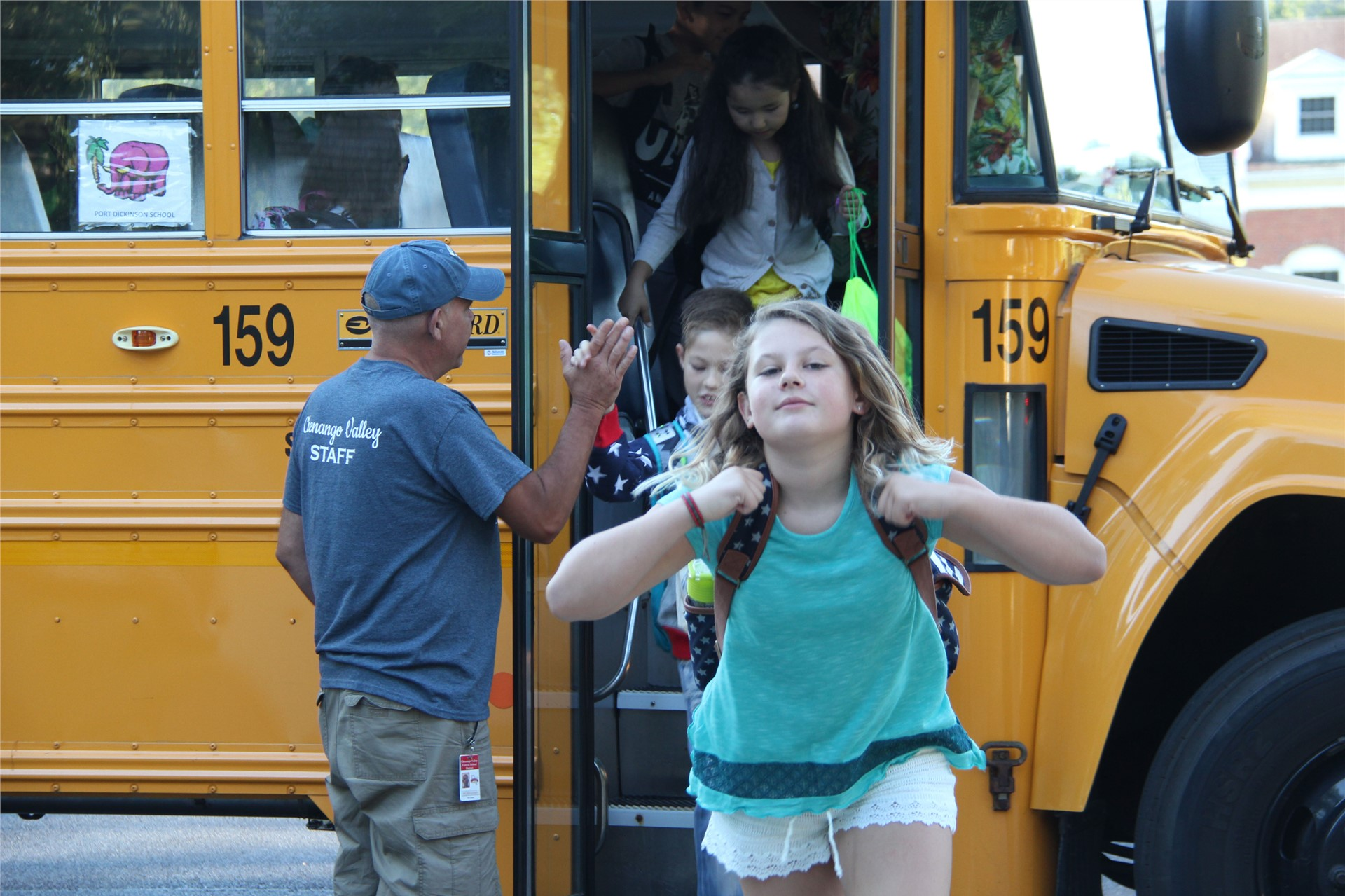 students leaving school bus