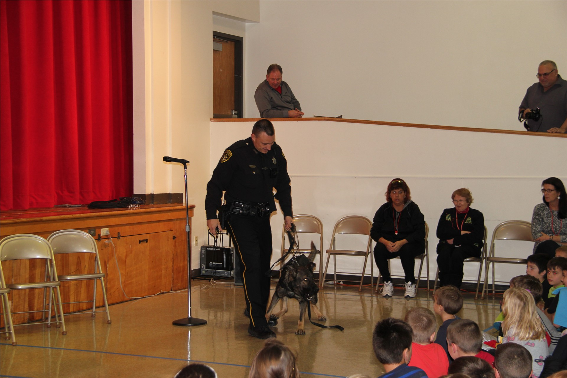 officer shows students police dog