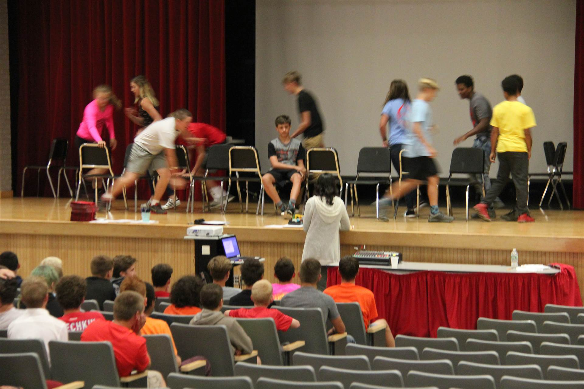 students play musical chairs at freshman orientation from farther away