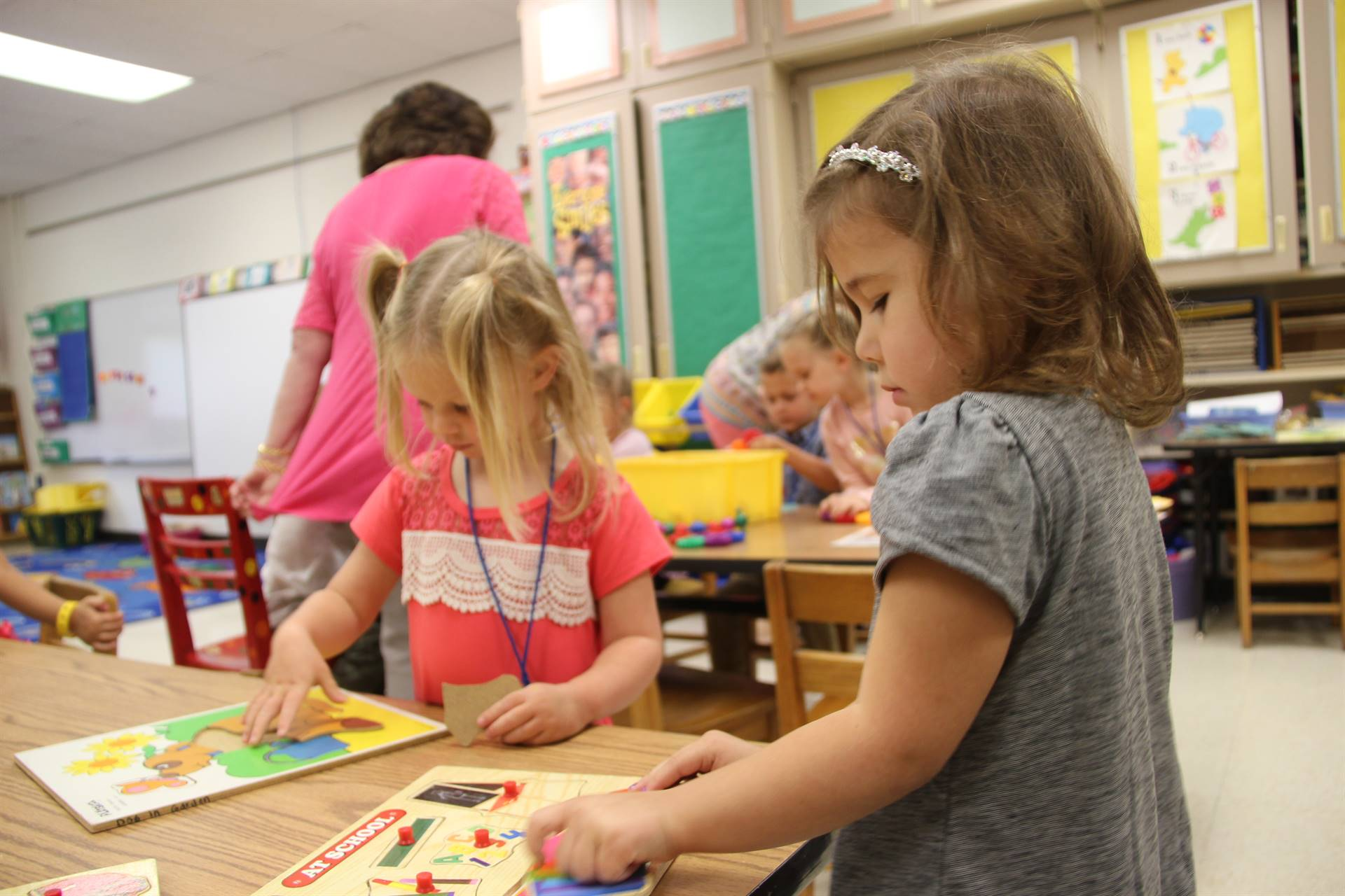 pre k students play with puzzles