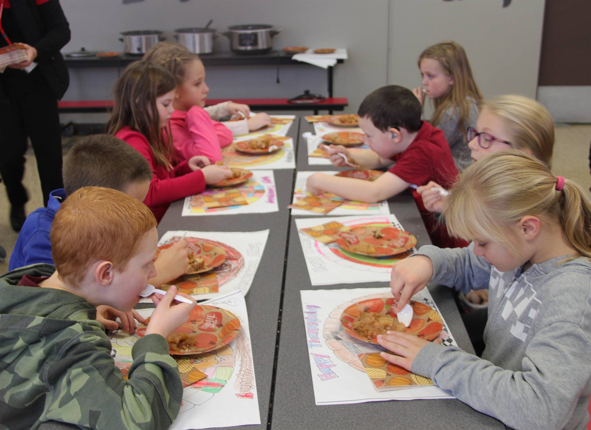 students eating thanksgiving treats