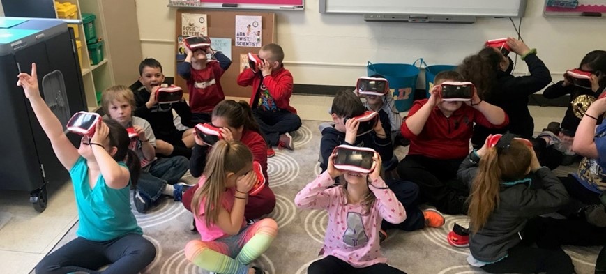 students using goggles for virtual reality field trip