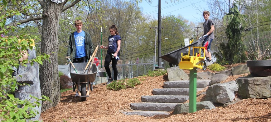 students volunteering at day of caring